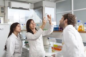 Claudia Riedel con Alumnos en Laboratorio