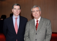 El ministro de Justicia, Felipe Bulnes, junto al Decano de Derecho de la U. Andrés Bello, Gonzalo Cordero.